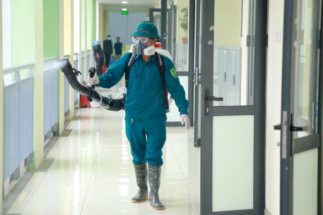 Hà Nội: Trường học ráo riết phun thuốc khử trùng phòng dịch Corona - 6