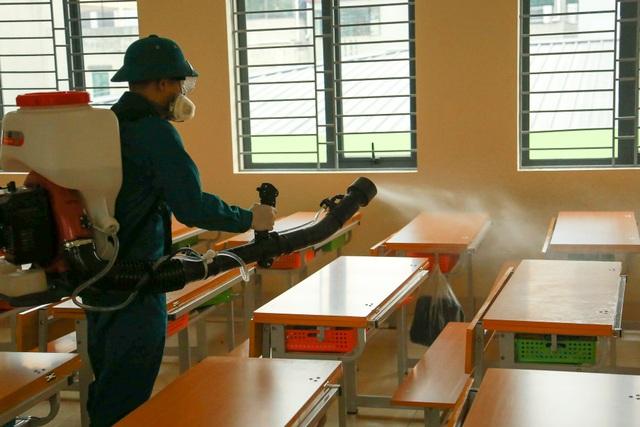 Hà Nội: Trường học ráo riết phun thuốc khử trùng phòng dịch Corona - 10