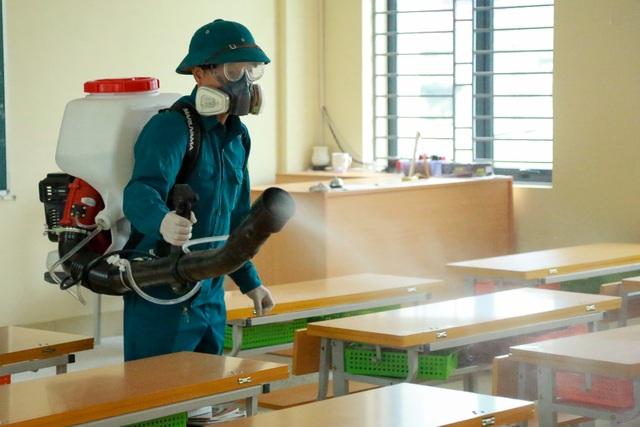 Hà Nội: Trường học ráo riết phun thuốc khử trùng phòng dịch Corona - 1
