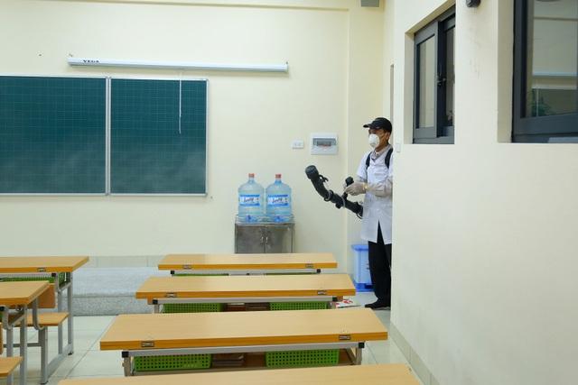 Hà Nội: Trường học ráo riết phun thuốc khử trùng phòng dịch Corona - 11