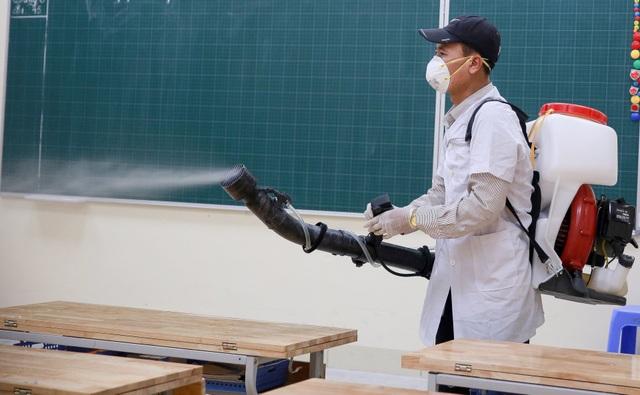 Hà Nội: Trường học ráo riết phun thuốc khử trùng phòng dịch Corona - 5