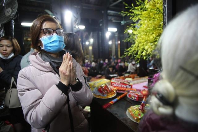 Cảnh tượng chưa từng có: Hàng nghìn người Hà Nội đeo khẩu trang làm lễ cầu an đầu năm - 9
