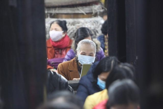 Cảnh tượng chưa từng có: Hàng nghìn người Hà Nội đeo khẩu trang làm lễ cầu an đầu năm - 10