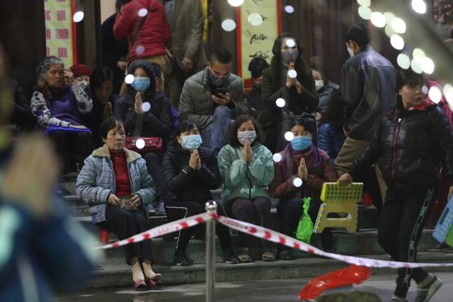 Cảnh tượng chưa từng có: Hàng nghìn người Hà Nội đeo khẩu trang làm lễ cầu an đầu năm - 11