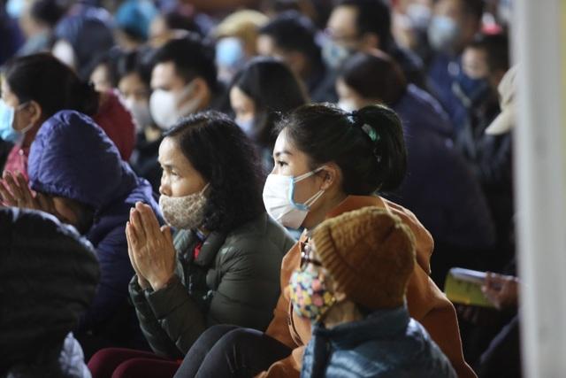 Cảnh tượng chưa từng có: Hàng nghìn người Hà Nội đeo khẩu trang làm lễ cầu an đầu năm - 3