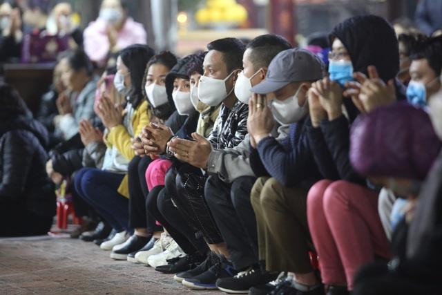 Cảnh tượng chưa từng có: Hàng nghìn người Hà Nội đeo khẩu trang làm lễ cầu an đầu năm - 7