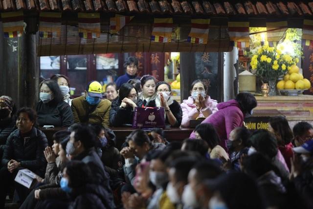 Cảnh tượng chưa từng có: Hàng nghìn người Hà Nội đeo khẩu trang làm lễ cầu an đầu năm - 12