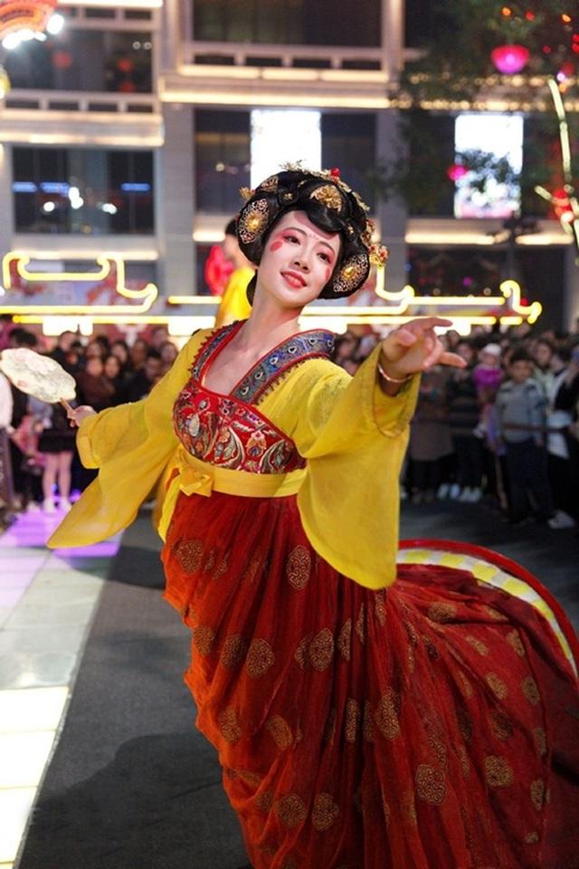 Vừa múa đẹp, vừa sở hữu vẻ tuyệt sắc giai nhân, cô gái kiếm bộn tiền trên phố - 1