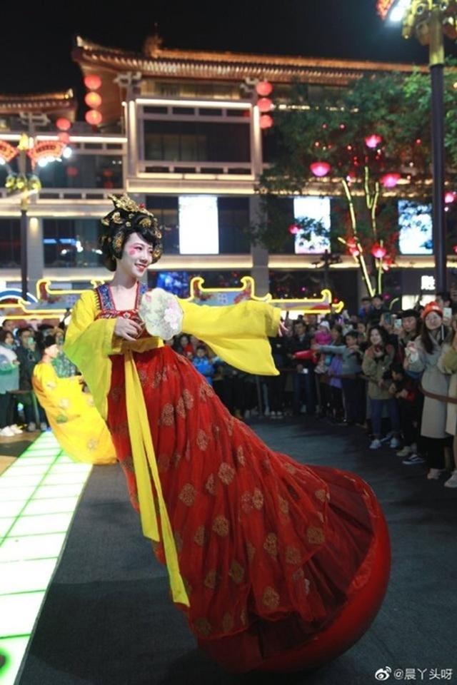 Vừa múa đẹp, vừa sở hữu vẻ tuyệt sắc giai nhân, cô gái kiếm bộn tiền trên phố - 2