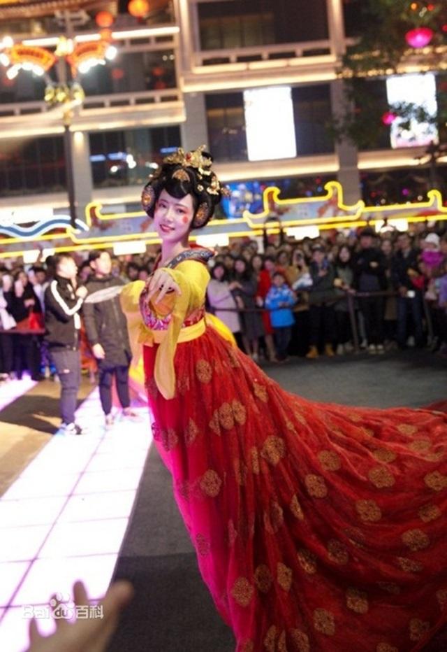 Vừa múa đẹp, vừa sở hữu vẻ tuyệt sắc giai nhân, cô gái kiếm bộn tiền trên phố - 3