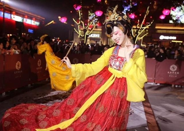 Vừa múa đẹp, vừa sở hữu vẻ tuyệt sắc giai nhân, cô gái kiếm bộn tiền trên phố - 4
