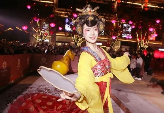 Vừa múa đẹp, vừa sở hữu vẻ tuyệt sắc giai nhân, cô gái kiếm bộn tiền trên phố - 5