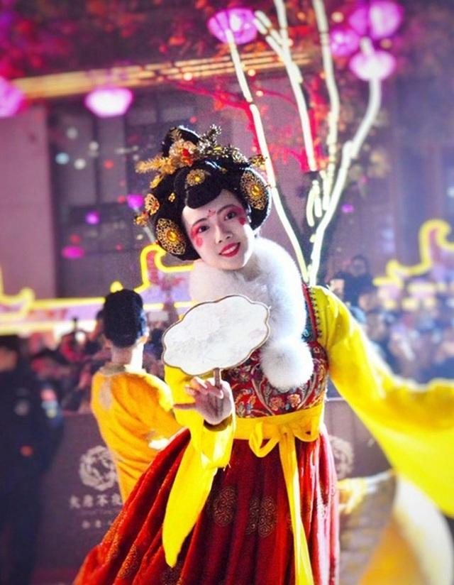 Vừa múa đẹp, vừa sở hữu vẻ tuyệt sắc giai nhân, cô gái kiếm bộn tiền trên phố - 6