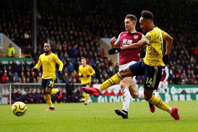 """Arsenal hòa """"hú vía"""" trên sân của Burnley - 2"""