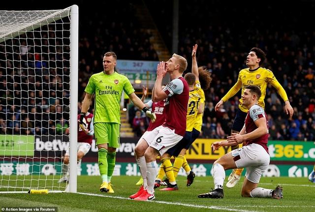"""Arsenal hòa """"hú vía"""" trên sân của Burnley - 3"""