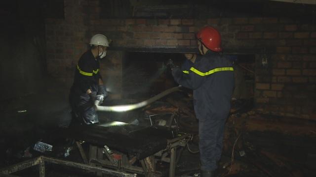 Cháy xưởng gỗ trong đêm, nhiều tài sản bị thiêu rụi - 2