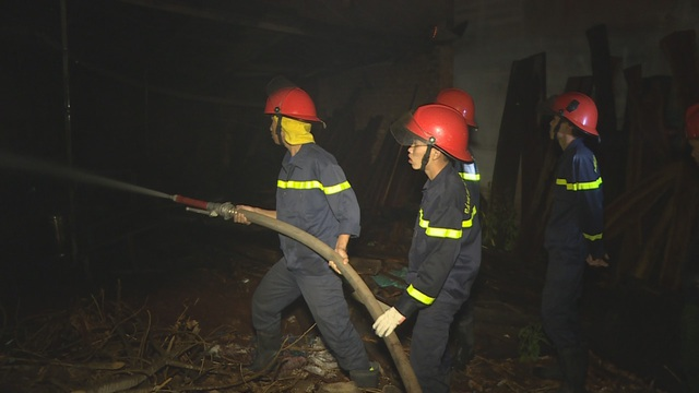 Cháy xưởng gỗ trong đêm, nhiều tài sản bị thiêu rụi - 1