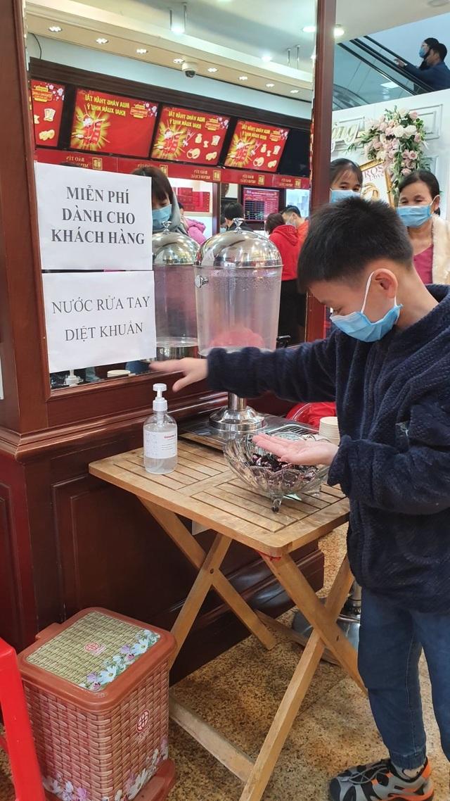 Bảo Tín Minh Châu phát hàng nghìn khẩu trang cho khách hàng mua vàng Vía Thần Tài - 7