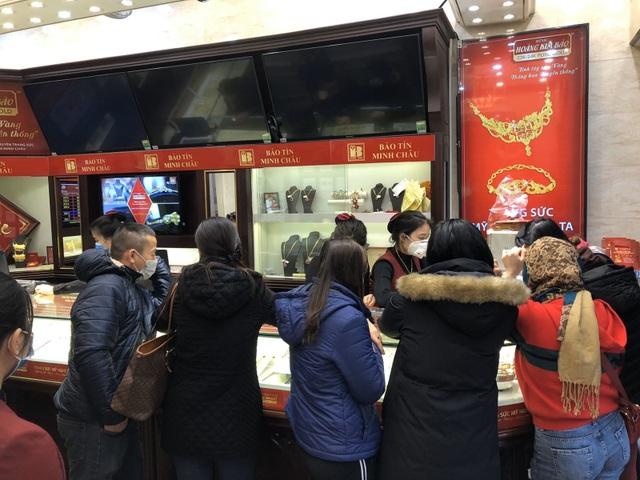 Bảo Tín Minh Châu phát hàng nghìn khẩu trang cho khách hàng mua vàng Vía Thần Tài - 2