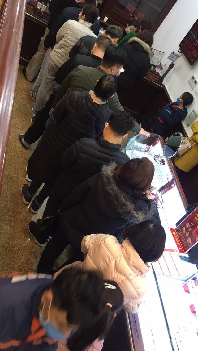 Bảo Tín Minh Châu phát hàng nghìn khẩu trang cho khách hàng mua vàng Vía Thần Tài - 3
