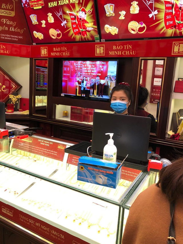 Bảo Tín Minh Châu phát hàng nghìn khẩu trang cho khách hàng mua vàng Vía Thần Tài - 4