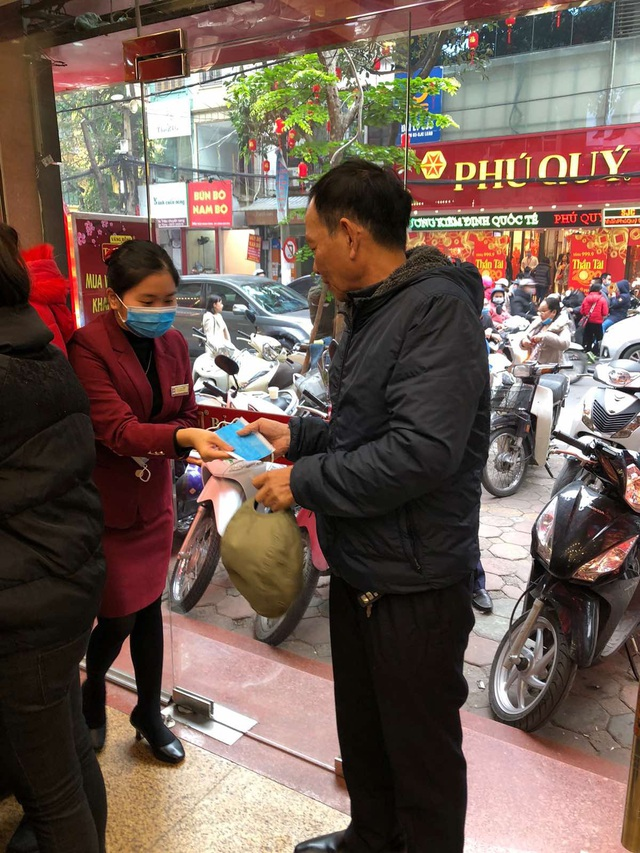 Bảo Tín Minh Châu phát hàng nghìn khẩu trang cho khách hàng mua vàng Vía Thần Tài - 5