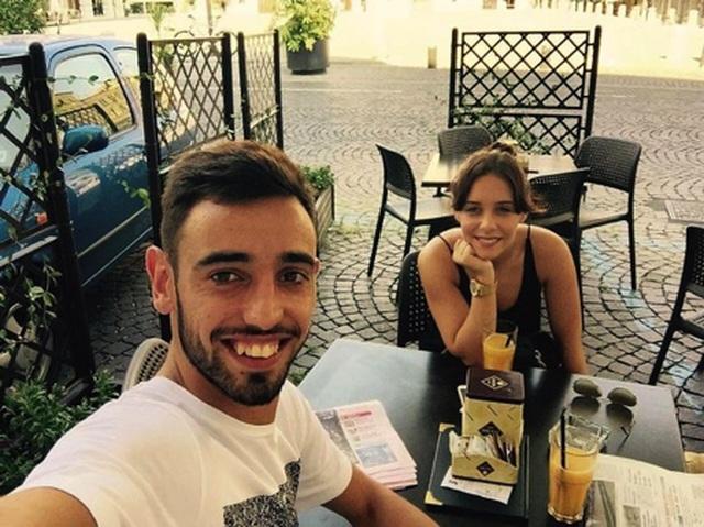 Cổ động viên Man Utd phát cuồng vì vợ đẹp, con xinh của Bruno Fernandes - 3
