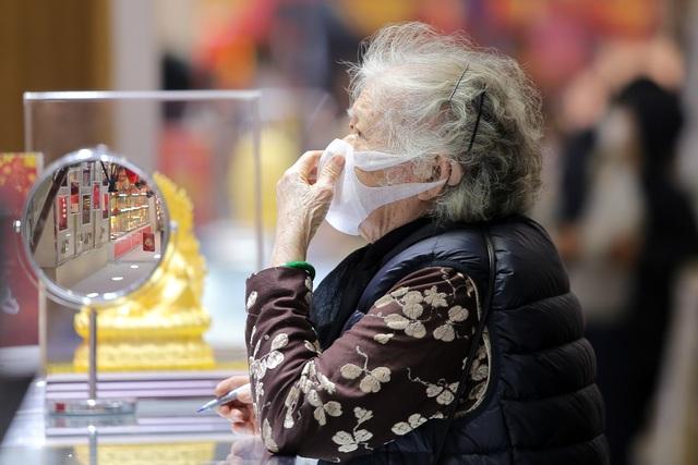 Trước ngày vía Thần Tài, người dân nườm nượp đeo khẩu trang, rửa tay sát khuẩn đi mua vàng  - 4