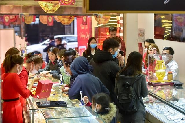 Trước ngày vía Thần Tài, người dân nườm nượp đeo khẩu trang, rửa tay sát khuẩn đi mua vàng  - 6