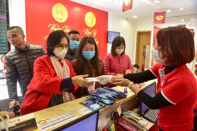 Trước ngày vía Thần Tài, người dân nườm nượp đeo khẩu trang, rửa tay sát khuẩn đi mua vàng  - 10