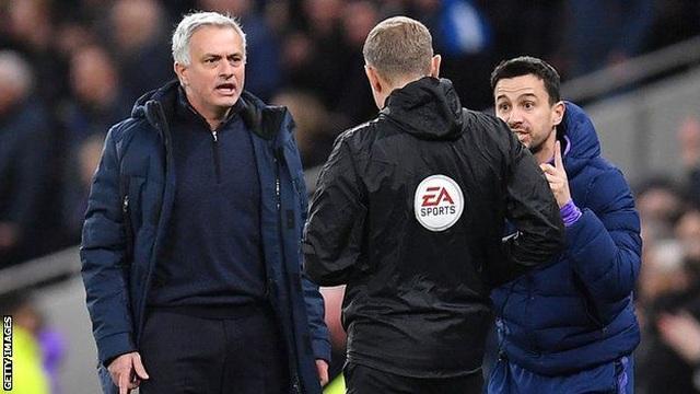 Biểu cảm hài hước của HLV Mourinho khi Tottenham chịu phạt đền - 2