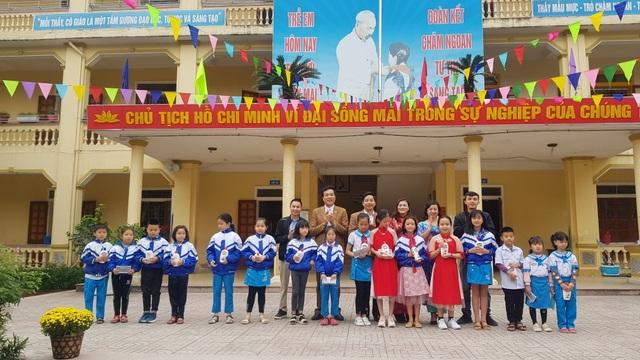 Phát gần 3.000 khẩu trang miễn phí cho học sinh Tiểu học thành Vinh - 1