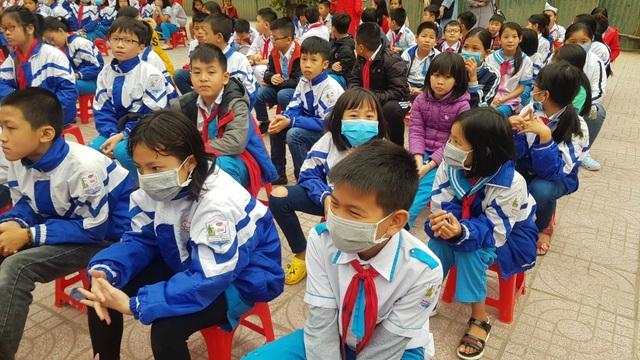 Phát gần 3.000 khẩu trang miễn phí cho học sinh Tiểu học thành Vinh - 7