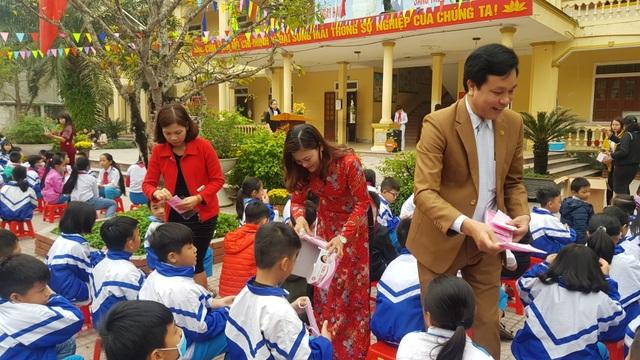 Phát gần 3.000 khẩu trang miễn phí cho học sinh Tiểu học thành Vinh - 2