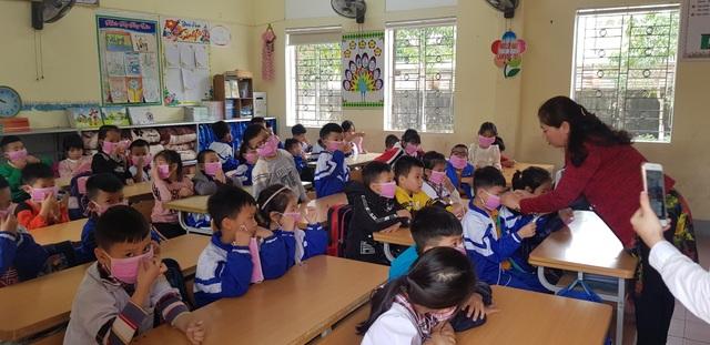 Phát gần 3.000 khẩu trang miễn phí cho học sinh Tiểu học thành Vinh - 8