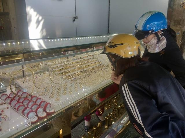 Sợ dịch Corona, các tiệm vàng trên cả nước vắng lặng trong ngày vía Thần Tài - 9