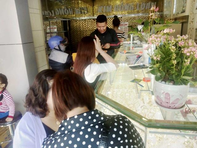 Sợ dịch Corona, các tiệm vàng trên cả nước vắng lặng trong ngày vía Thần Tài - 6