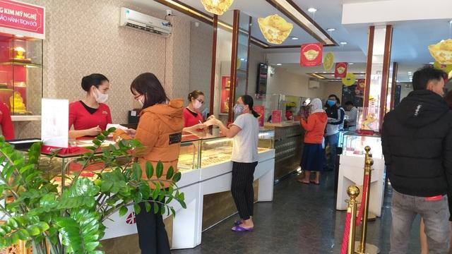 Sợ dịch Corona, các tiệm vàng trên cả nước vắng lặng trong ngày vía Thần Tài - 2