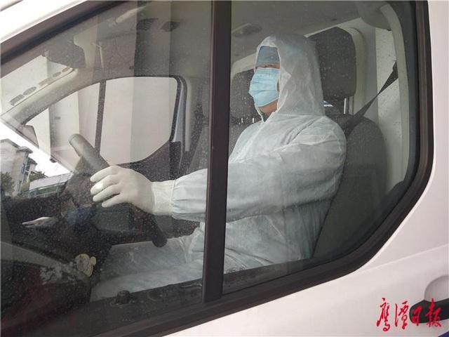 Cấp tập sản xuất xe cứu thương đặc biệt chống virus corona - 3