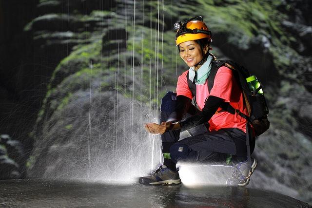 """Hoa hậu H'hen Niê """"hú hồn"""" vì bị trượt té khi thám hiểm hang Sơn Đoòng - 7"""