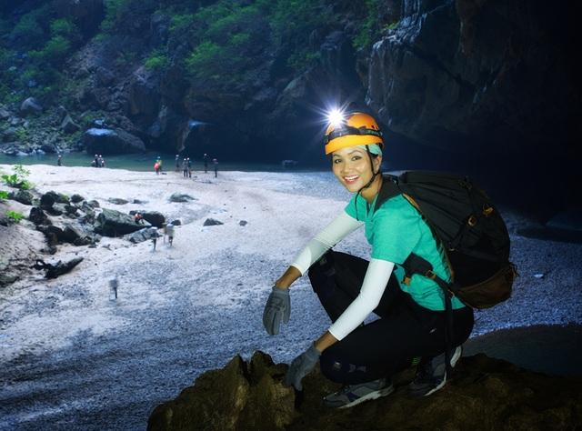 """Hoa hậu H'hen Niê """"hú hồn"""" vì bị trượt té khi thám hiểm hang Sơn Đoòng - 3"""
