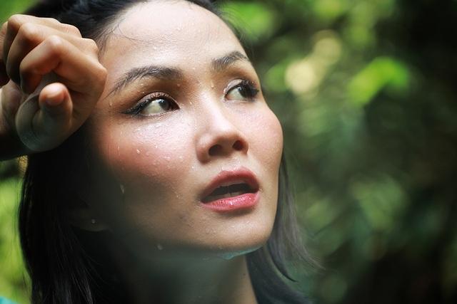"""Hoa hậu H'hen Niê """"hú hồn"""" vì bị trượt té khi thám hiểm hang Sơn Đoòng - 19"""