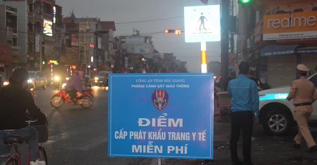 Cảnh sát giao thông lập chốt, phát hàng nghìn khẩu trang miễn phí phòng chống virut corona - 1