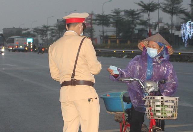 Cảnh sát giao thông lập chốt, phát hàng nghìn khẩu trang miễn phí phòng chống virut corona - 3