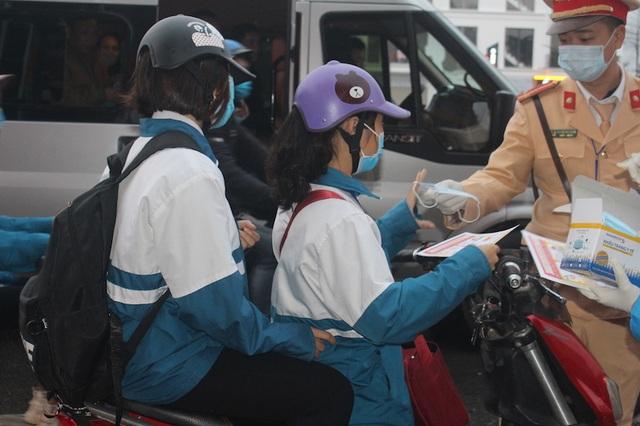 Cảnh sát giao thông lập chốt, phát hàng nghìn khẩu trang miễn phí phòng chống virut corona - 2
