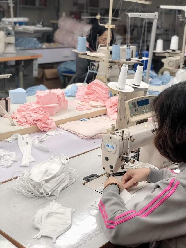 Mục sở thị bên trong các nhà máy sản xuất khẩu trang tại Việt Nam - 1