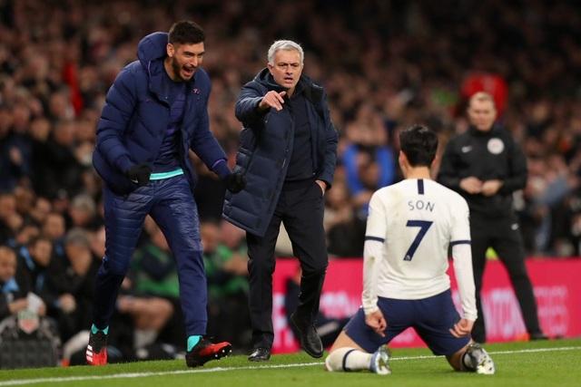 Biểu cảm hài hước của HLV Mourinho khi Tottenham chịu phạt đền - 3