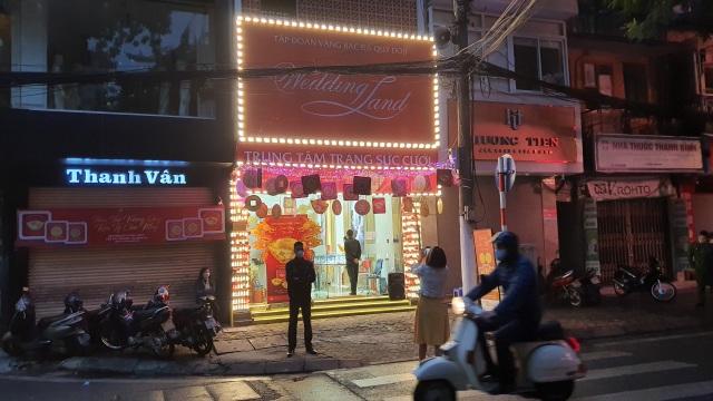 Kỳ lạ: Chủ tiệm vàng đóng cửa ngủ kỹ ngày vía Thần Tài - 1