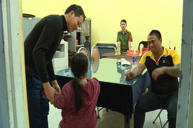 Giám đốc công an Đồng Nai dẫn con gái kẻ ôm bình gas cố thủ đến gặp cha - 1