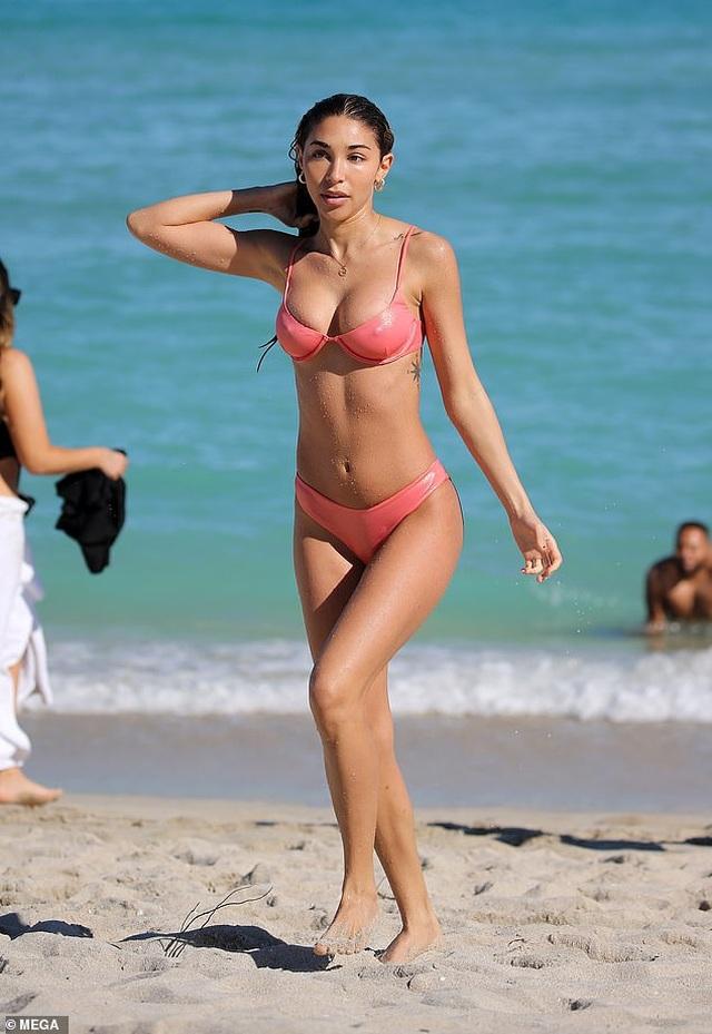 Hot girl gốc Việt Karrueche Tran và Chantel Jeffries bốc lửa trên biển - 1